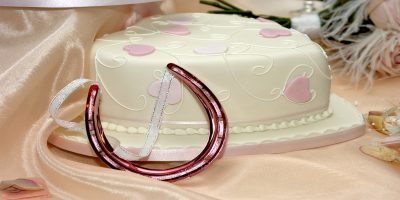 wedding cake and lucky horseshoe to represent marriage allowance